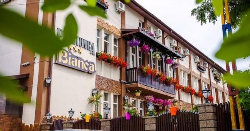 """Angajată a Pensiunii """"Bianca"""" din Botoșani, diagnosticată cu Covid-19"""