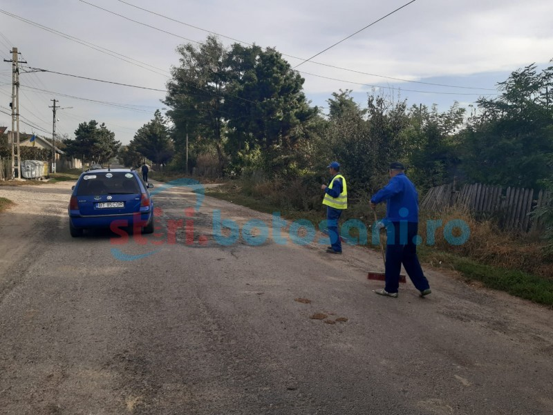 Angajați ai unei primării din Botoșani, puși să măture gropile drumului strategic, în localitate