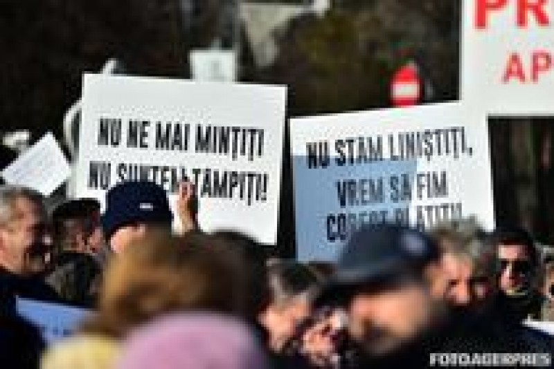 Angajatii APIA protesteaza in fata Guvernului. Mihai Tudose: Un director din teritoriu primeste 12.497 lei. Li se pare putin, noua ni se pare ca e mult!