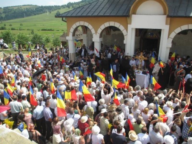 Are voie Biserica Ortodoxă Română să le ofere tricolorul credincioşilor români sau nu?