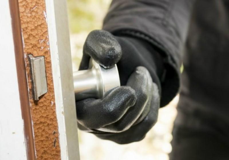 Arestați preventiv după ce au comis furturi din societăți comerciale!