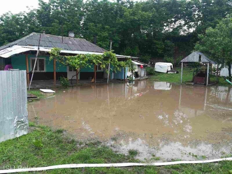 Aseară: Patru gospodării din oraşul Săveni au fost inundate în urma ploilor torenţiale