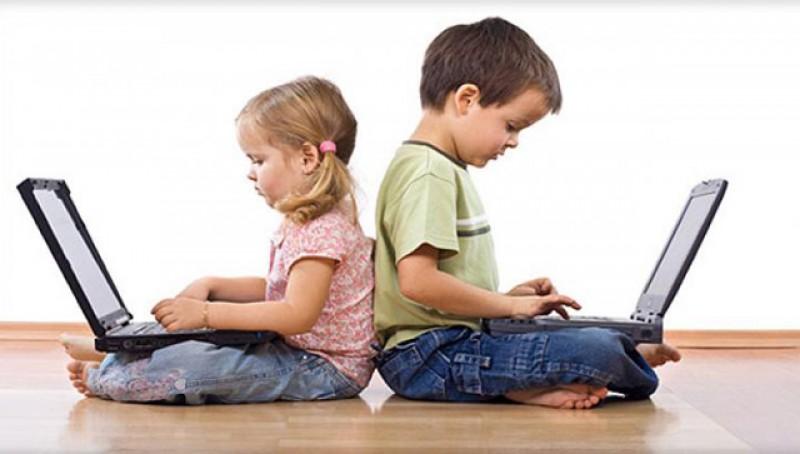 Ăștia cred că toți avem salarii de funcționari publici: părinții din România sunt obligați să le asigure copiilor laptopuri pentru a participa la cursuri online