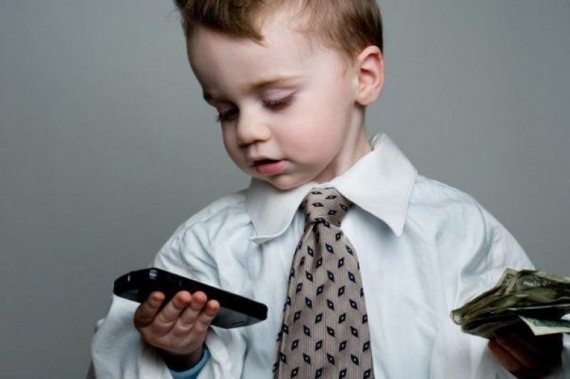 Atenție, părinți! Jocurile pe telefon, gaură în buzunar! Un copil de 7 ani a cheltuit o avere, din greșeală