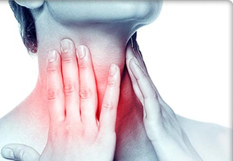"""ATENȚIE! """"Durerea din zona glandei tiroide, modificările vocii și nodulii tiroidieni pot anunța cancerul"""""""