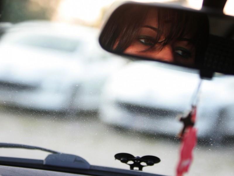 Atenție, șoferi, atunci când aveți în mașină un copil! O fetiţă de 3 ani a căzut din maşina aflată în mers