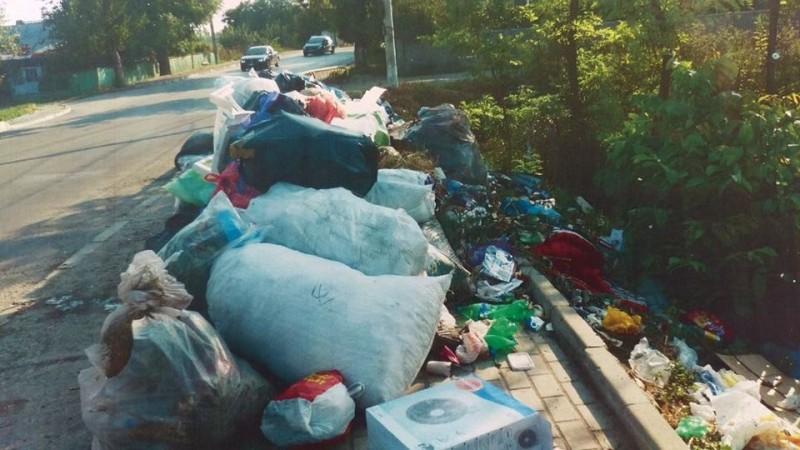 Au aruncat gunoi pe spaţii interzise dar au fost identificaţi după facturile găsite în sacii menajeri! FOTO