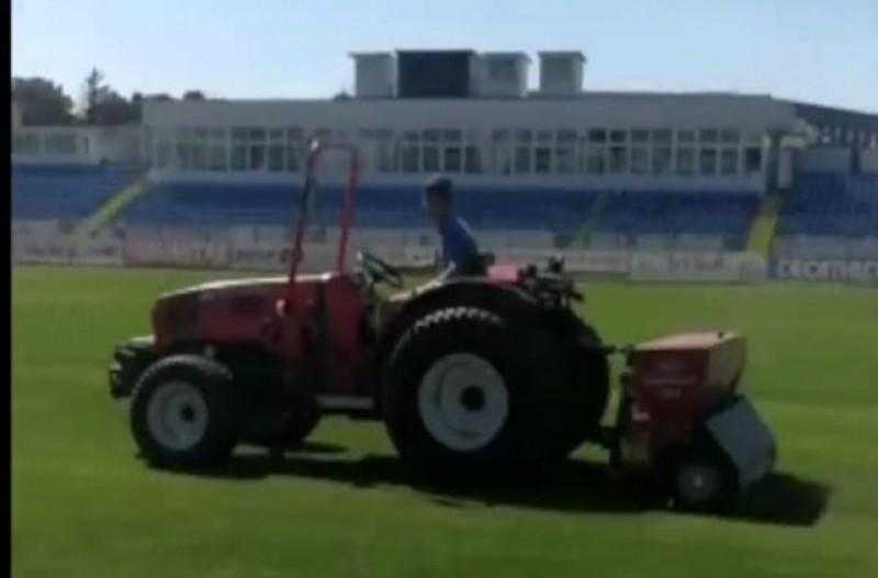 Au început lucrările de întreținere a gazonului pe Stadionul Municipal din Botoșani