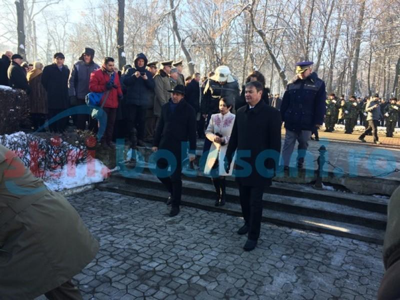 Autorităţile botoşănene au marcat Ziua Unirii cu depuneri de coroane şi defilări militare-FOTO