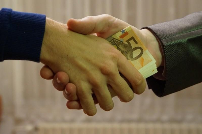Autoritățile și-au propus să limiteze coruperea funcționarilor publici, dar iau în calcul un risc: ca pe șefi să nu-i intereseze!