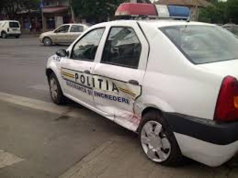Autospecială a Poliţiei avariată din cauza unui şofer neatent