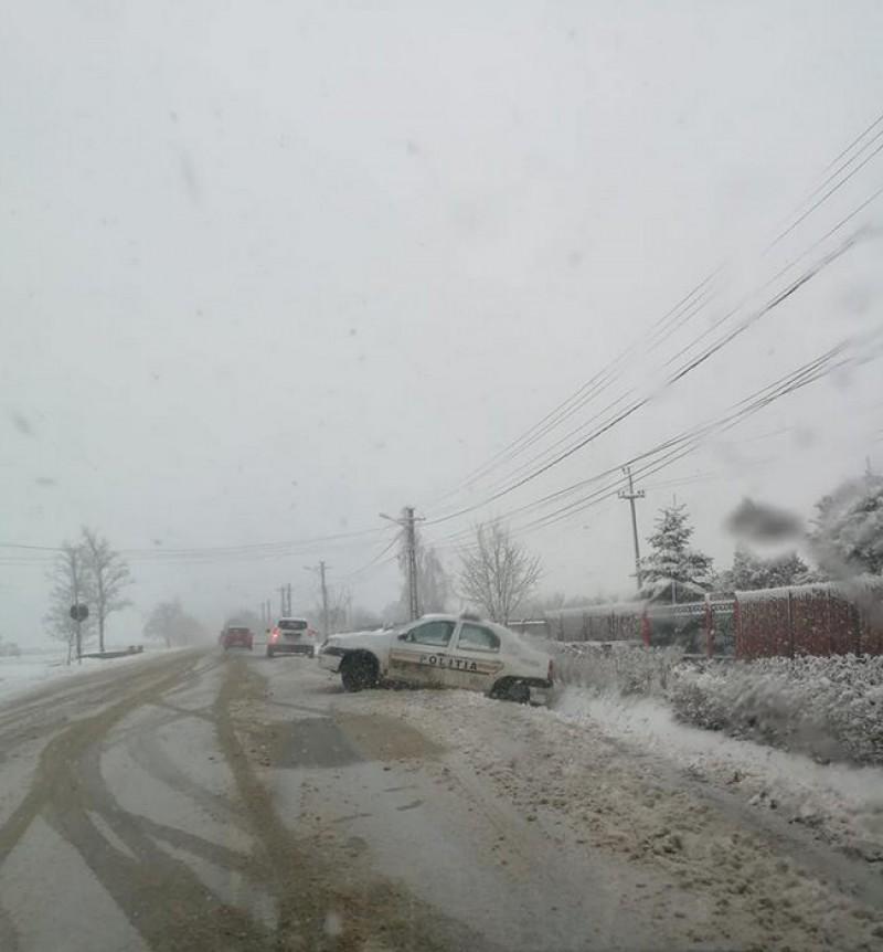 Autospeciale ajunse în şanţ, din cauza drumurilor acoperite cu zăpadă