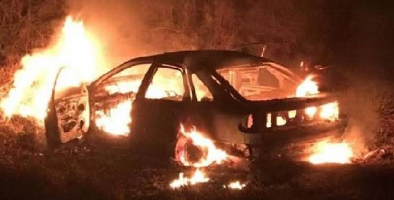 Autoturism distrus de flăcări noaptea trecută în curtea unei spălătorii