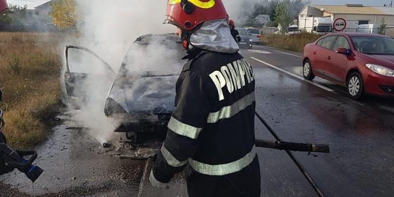Autoturism distrus de flăcări pe drumul spre Mesteacăn