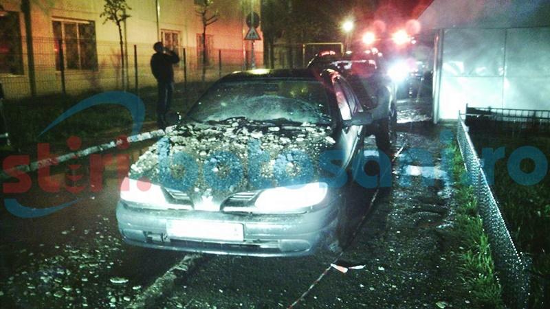 Autoturism distrus de tencuiala desprinsă de pe un bloc! FOTO
