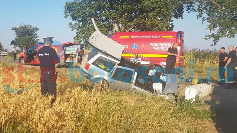 Autoturism distrus într-un cap de pod! Două persoane au rămas încarcerate! FOTO