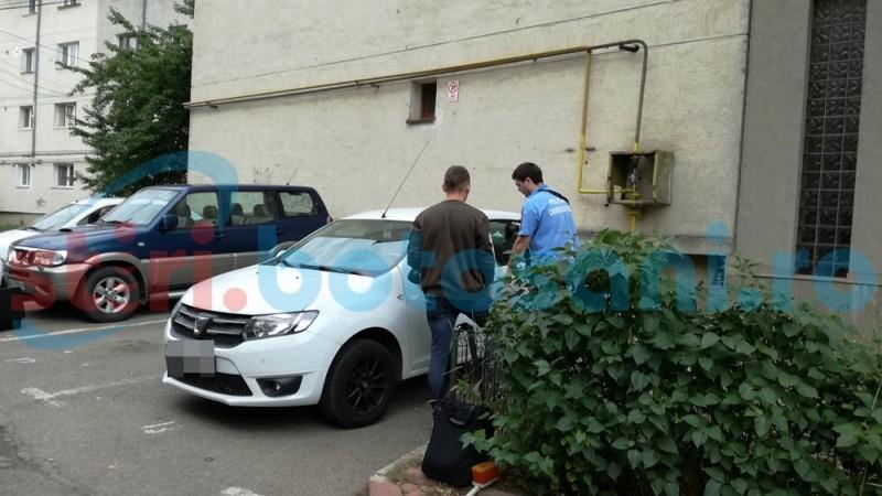 Autoturism parcat lângă un bloc din municipiul Botoșani, spart de hoţi! FOTO