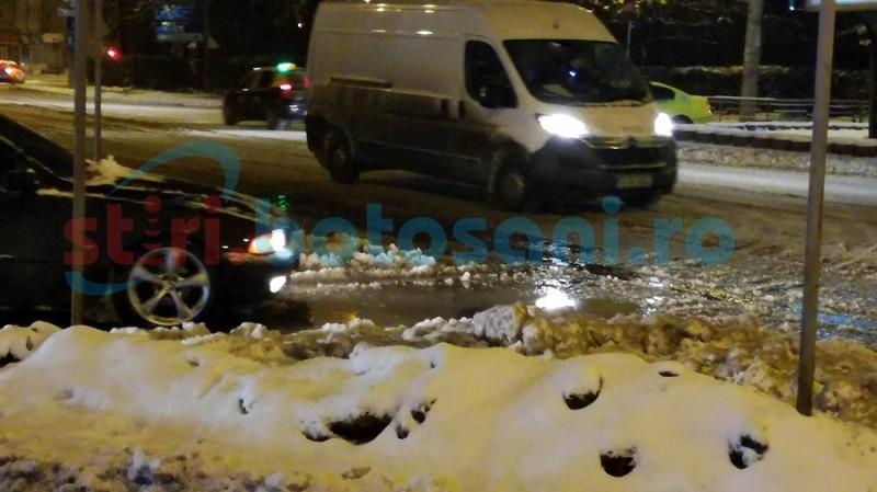 Avarie de proporţii pe Sucevei! Magistrala de alimentare cu apă s-a spart chiar sub linia de tramvai! FOTO