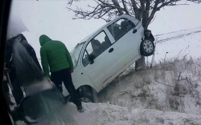 Aventurile unei șoferițe la 18 ani: Viteză, adrenalină pe zăpadă și o cursă terminată în copac!