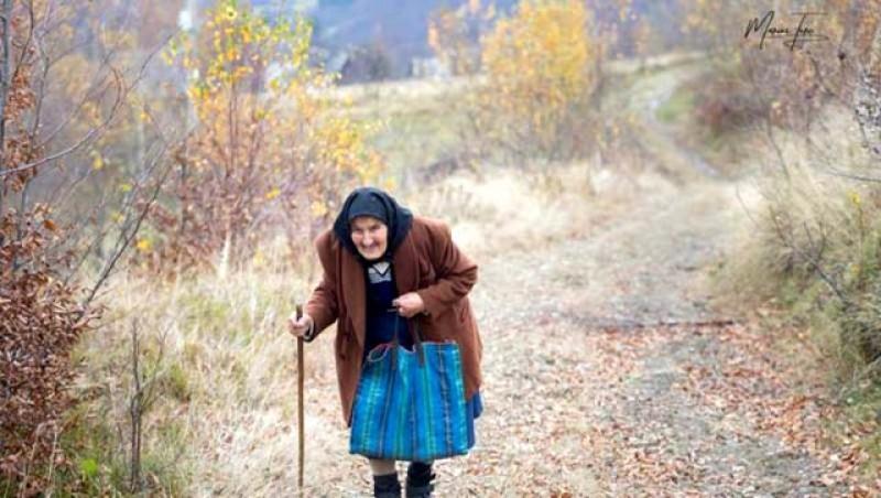 """Aveți grijă de bătrâni! Dramele prin care trec în aceste zile sunt cutremurătoare. Bătrână de 83 de ani, din Brașov: """"Vă rog, îmi este foame! Vă dau banii când iau pensia"""""""