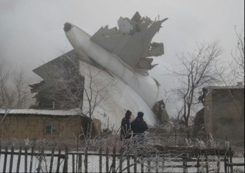 Avion turcesc prabusit peste un cartier rezidential, in apropierea unui aeroport! Sunt cel putin 36 de morti! FOTO, VIDEO