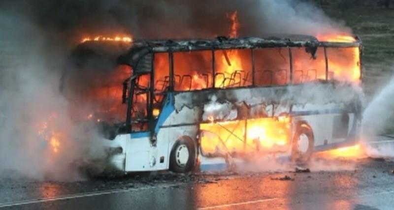 Azi noapte, în Botoșani: Autocar mistuit de flăcări, în fața unei locuințe