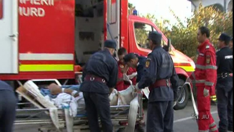 Bărbat obez transportat la spital cu ajutorul pompierilor