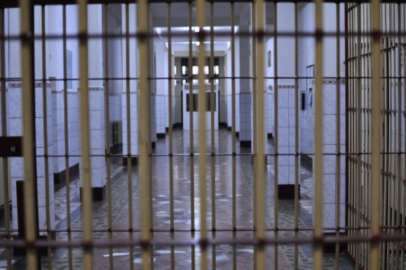Băgat după gratii, după ce a încălcat măsura arestului la domiciliu