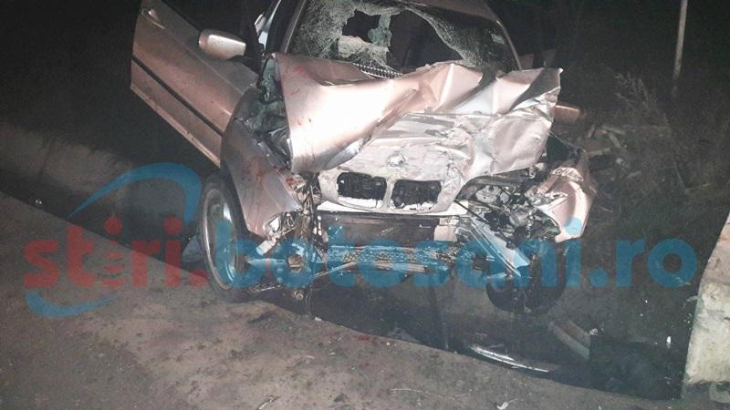 Grav accident rutier! Doi tineri răniţi după ce au intrat cu un BMW într-un cap de pod! Unul a fost proiectat din maşină! FOTO