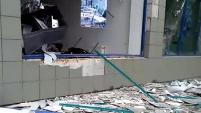 Bancnote găsite pe jos, după ce un bancomat a fost aruncat în aer