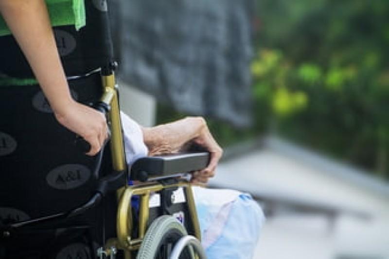 Bani mai multi pentru asistentii care au in ingrijire adulti cu handicap, dar si restrictii si amenzi!
