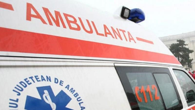 Bărbat grav rănit, după ce s-a izbit cu mașina într-un cap de pod