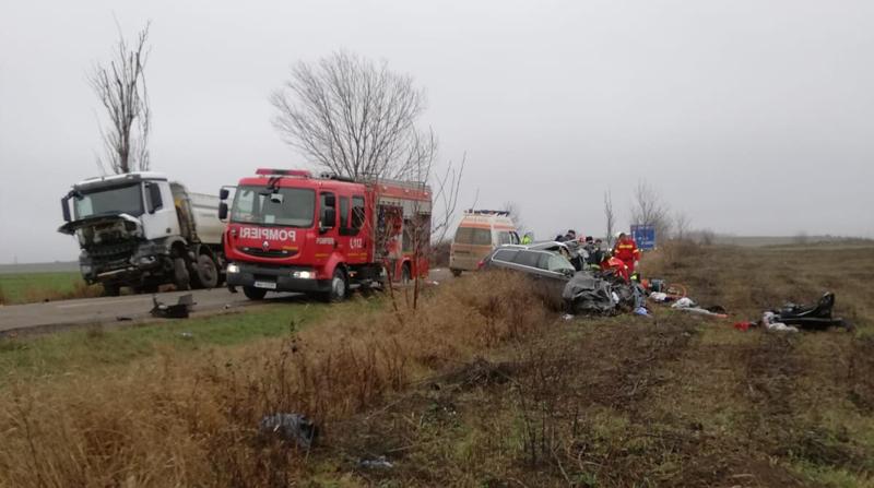 Bărbat în stare critică, în urma unui accident frontal între o mașină și un autocamion | Update: s-a declarat decesul victimei