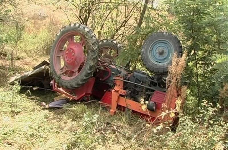 Bărbat în STARE GRAVĂ, după ce s-a răsturnat cu tractorul! Ce au descoperit polițiștii!