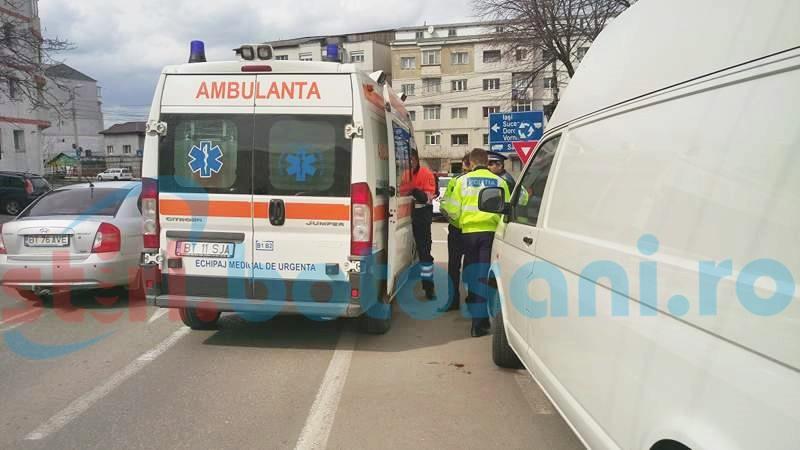 Bărbat plin de sânge, căzut lângă o mașină! FOTO, VIDEO