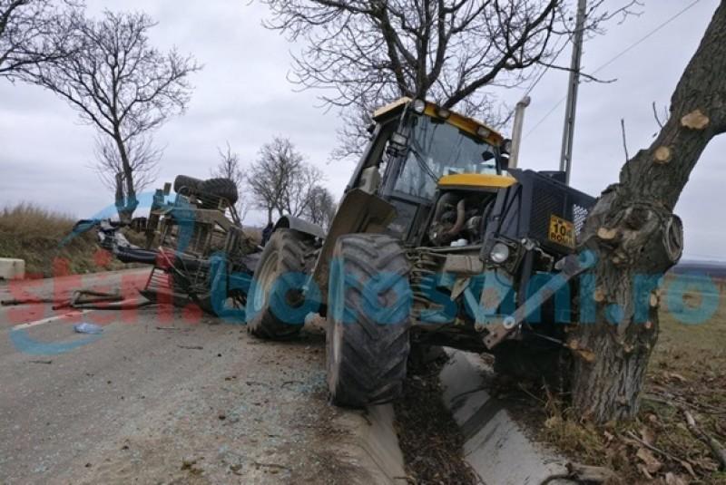 Bărbat rănit după ce a intrat cu un tractor într-un copac!-FOTO