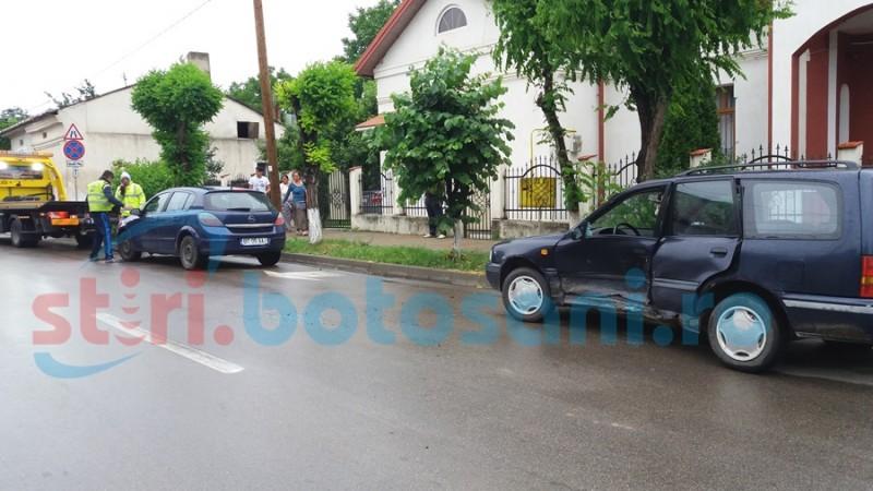 Bărbat rănit după impactul dintre două autoturisme! Unul dintre şoferi era beat! FOTO