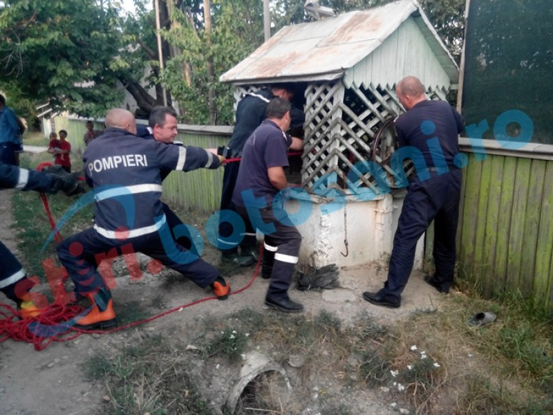 Bărbat scos de pompieri dintr-o fântână! Echipajul de ambulanță a constatat decesul!
