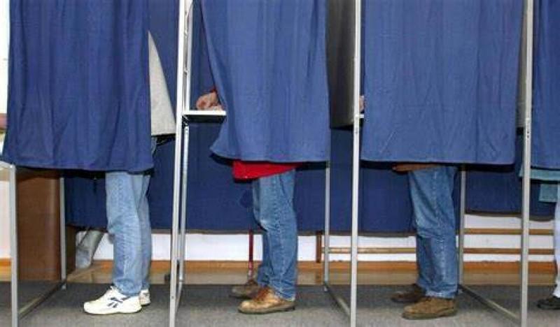 Bărbați sancționați pentru că fotografiau buletinele de vot
