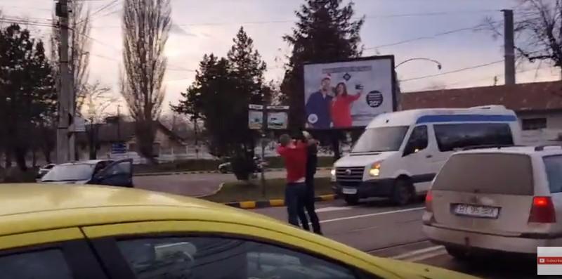 Botoșani: Bătaie în trafic între doi şoferi care şi-au abandonat maşinile!- VIDEO