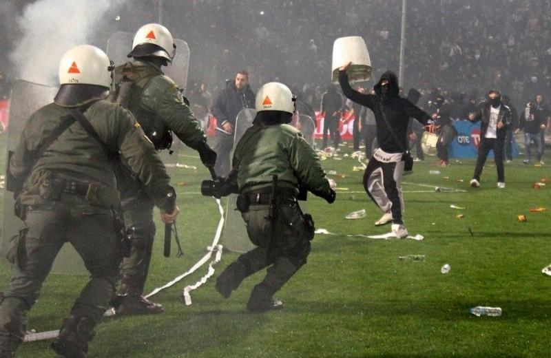 BATAIE pe stadion! Decizie drastica in Grecia, dupa ce meciul PAOK - Olympiakos a fost intrerupt! VIDEO