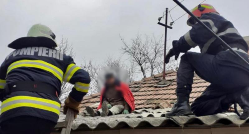 Bătrân salvat la limită. A suferit un accident vascular în timp ce repara acoperișul casei