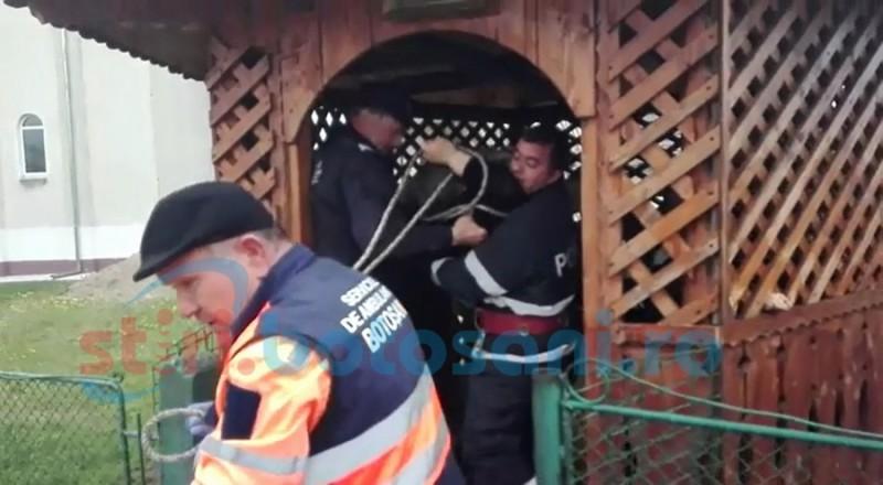 Femeie salvată dintr-o fântână aflată în curtea bisericii din Săveni! FOTO, VIDEO