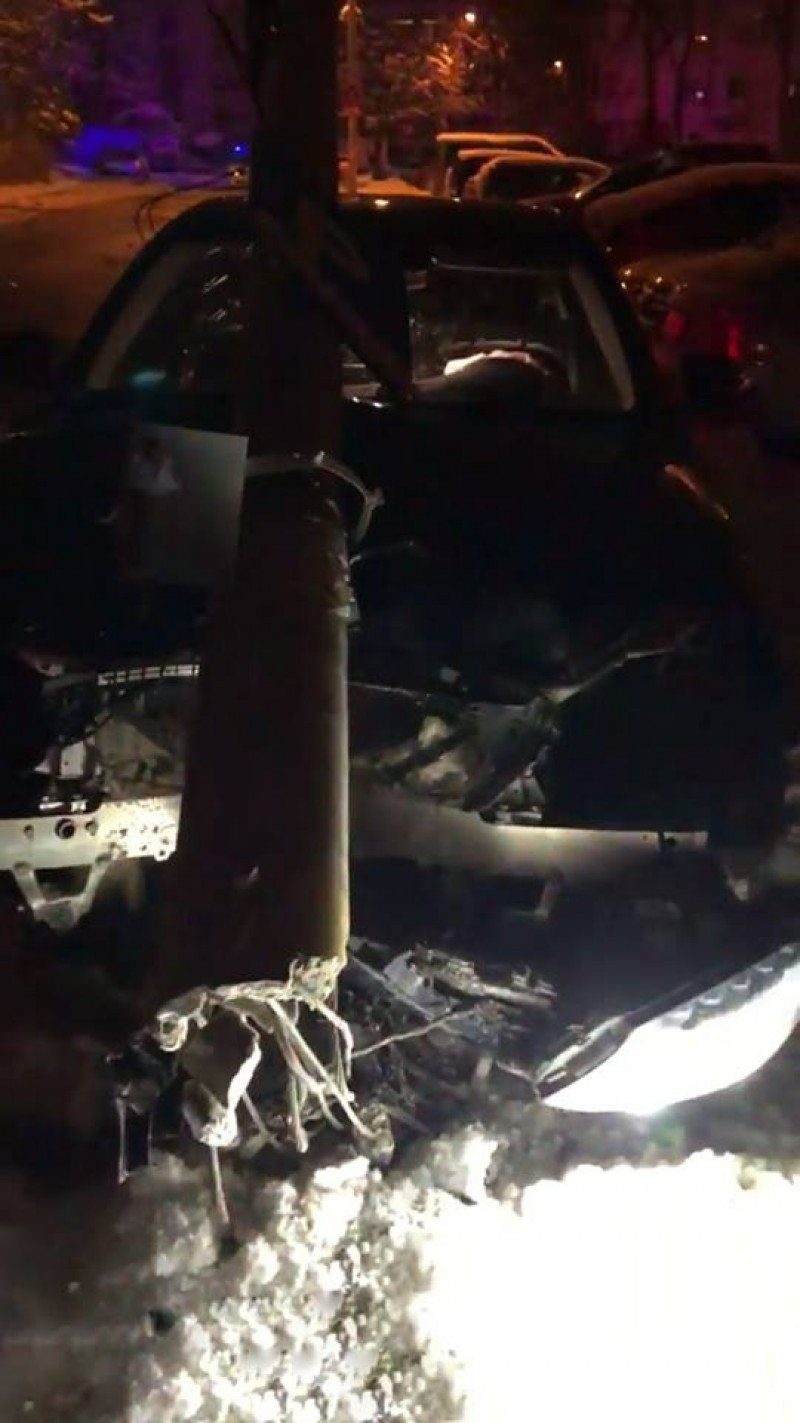 Beat la volan, a distrus un stâlp de iluminat public și a făcut praf mașina!