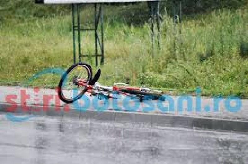 Biciclist beat, pericol public! Lovit de o mașină după ce nu s-a asigurat!