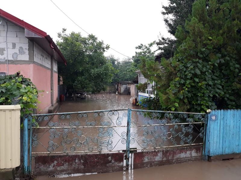 Bilanţ ISU Botoşani, în urma ploilor şi a viiturilor: 160 de case inundate, zece persoane evacuate, 19 autoturisme blocate în trafic