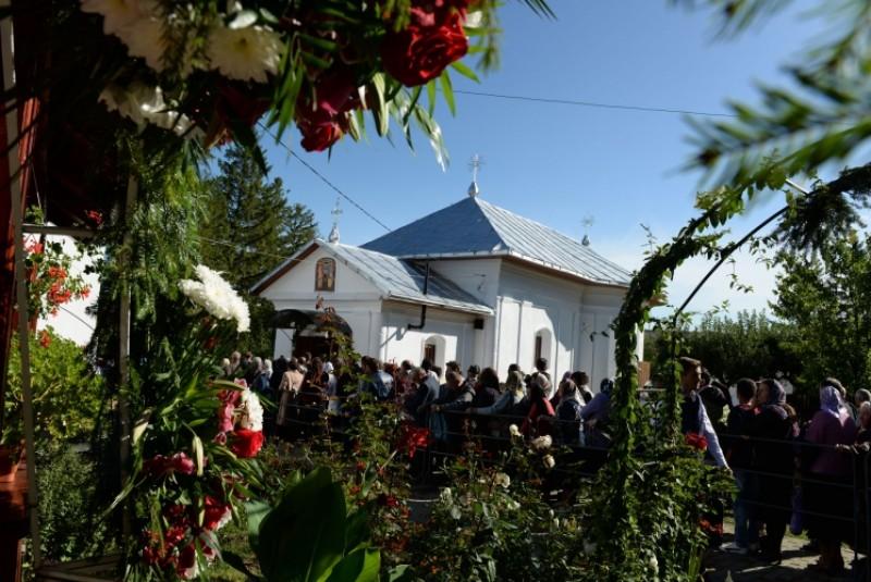 """Biserica Parohiei """"Sfinţii Arhangheli Mihail şi Gavriil"""" din Poiana, comuna Vorona, a fost resfinţită!"""