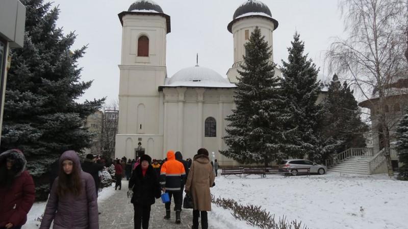 Bisericile din Botoșani, pline de credincioșii care au participat la sfințirea apei de Bobotează - FOTO