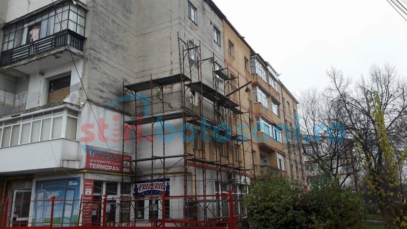 Blocul de pe Primăverii afectat de explozie a intrat în reparaţii! FOTO
