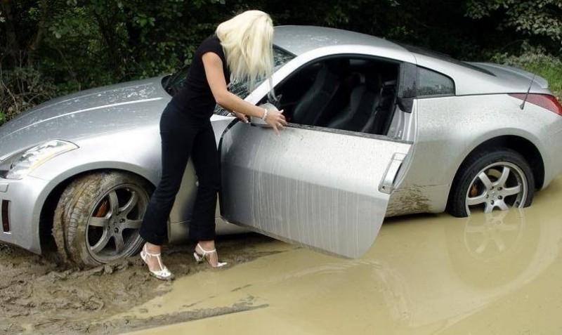 Blonda ia permisul de conducere! VIDEO